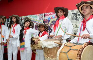 La agrupación folclórica Herederos Ancestrales durante su visita a EL HERALDO.