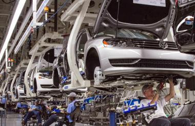 Los empleados de la planta de Volkswagen en Chattanooga, Tennessee, Estados Unidos, en el montaje de vehiculos.