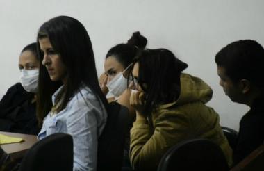 Las tres procesadas (con tapabocas), junto a Carlos Leal Chávez, de camiseta negra.