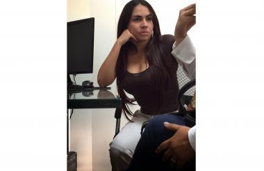 María Mónica, atendiendo a un cliente en su oficina.