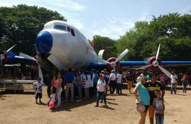 La fila de visitantes para subirse al DC-6  era interminable.  La aeronave, incautada hace treinta años por antinarcóticos, permanecía abandonada en el parque El Helado que reabrió sus puertas enValledupar.