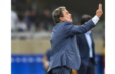 Pinto dando indicaciones en el juego ante Nigeria.