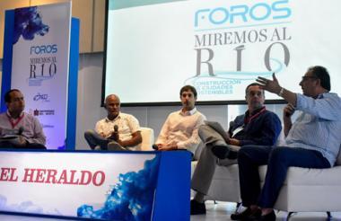 Expositores durante el conversatorio en el foro 'Miremos al Río'