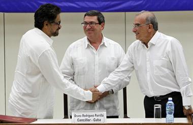 Luciano Marín Arango, alias 'Iván Márquez' y Humberto De la Calle sellaron el último apretón de manos que se dará en La Habana en el cierre de la negociación de paz.