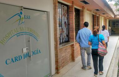 Pacientes recorren el Hospital San Jerónimo en busca de servicios médicos.