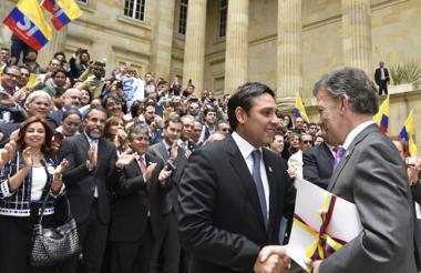 Santos entrega al presidente del Congreso, Mauricio Lizcano, el Acuerdo Final con las Farc.