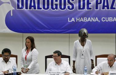 Iván Márquez, delegado de las Farc; Bruno Rodríguez, canciller cubano, y Humberto de la Calle, jefe negociador del Gobierno, durante la firma del Acuerdo Final.