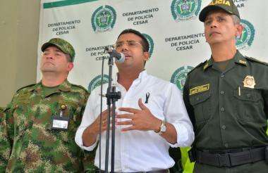 El alcalde Augusto Ramírez en rueda de prensa. Lo acompañan el comandante de la Policía, Diego Rosero.