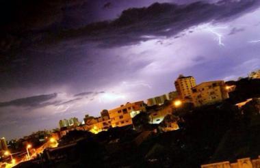 El cielo de Barranquilla durante la tormenta eléctrica de este jueves.
