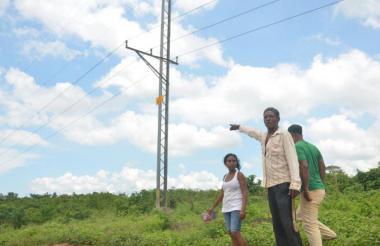 Habitantes de Turbaco señalan el lugar donde aconteció el accidente.