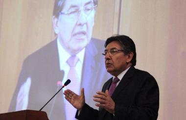 Néstor Humberto Martínez, fiscal general, pidió reanudar aspersiones con glifosato.