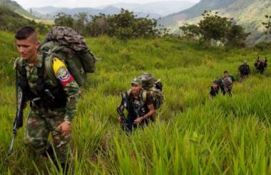 Guerrilleros de las Farc patrullando en la selva.