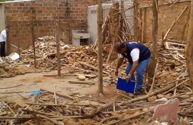 Fondo de Vivienda de Interés Social y Reforma Urbana del municipio verificando la demolición.