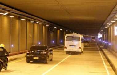 Vehículos transitan por el túnel de Crespo, que hace parte de las obras del Anillo Vial.