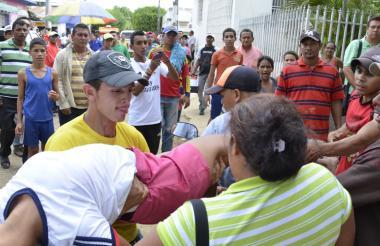 Desmayada, una de las menores de edad es llevada de urgencia al hospital municipal.