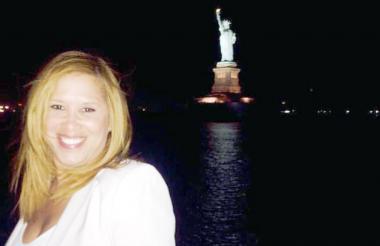 La cartagenera Katya Varela con la estatua de La Libertad al fondo.