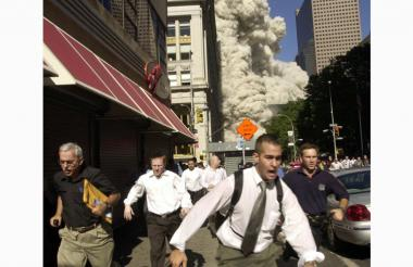 Cientos de personas corren para ponerse a salvo al colapsar las dos torres.