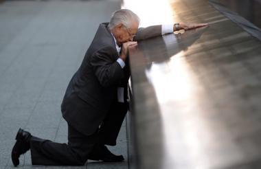 Roberto Peraza, quien  perdió a un hijo en el ataque terrorista a las Torres Gemelas, reza durante la ceremonia.