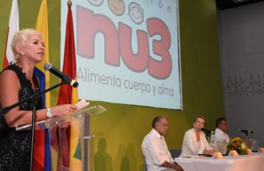 Mónica Schraer, presidenta de la fundación Nu3, da la bienvenida al congreso.