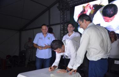 El vicepresidente de la República, Germán Vargas, en la firma del inicio de la obra. Observa el alcalde de Ciénaga, Edgardo Pérez.