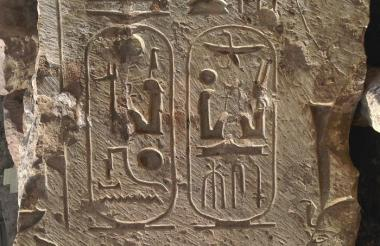 uno de los fragmentos de estatuas que arqueólogos egipcios y alemanes han descubierto.
