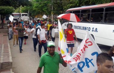 Integrantes del Frente Rojiblanco lucen con banderas de sí a la paz.