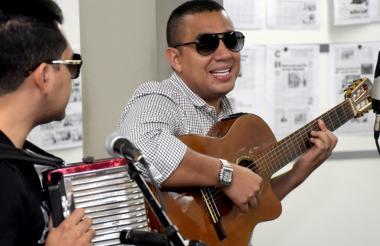 El cantautor colombo-venezolano hizo cantar sus canciones a los periodistas de EL HERALDO