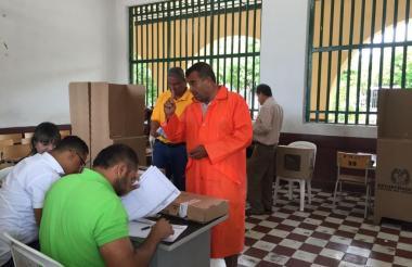 Este ciudadano llegó a votar en impermeable en el puesto del Colegio Nacional Loperena.