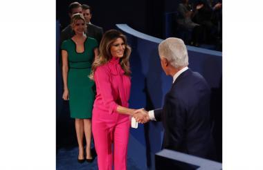 El expresidente de EEUU Bill Clinton saluda a Melania, esposa de Donald Trump, el domingo.