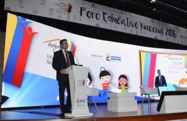 El ministro encargado, Francisco Cardona, da la bienvenida a las 123 experiencias que se darán a conocer en el Foro Educativo Nacional en Bogotá.