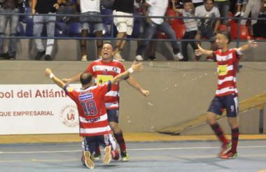 El festejo de Luis Rodelo tras marcar el gol victorioso.