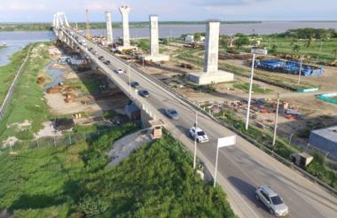 Esta fotografía  tomada desde un dron muestra las decenas de vehículos que se movilizaron durante este lunes festivo por el puente Pumarejo.