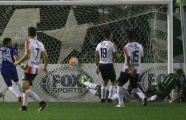 Ananías aprovecha un centro desde la izquierda y anota el gol que abrió el camino de la victoria del Chapecoense.