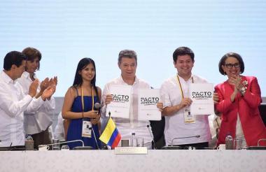El Presidente Santos y la secretaria General Iberoamericana, Rebeca Grynspan, reciben el Pacto por la Juventud, aprobado por la Cumbre Iberoamericana cumplida en Cartagena