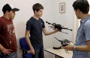 Jóvenes exhibiendo un dron diseñado a través de impresión 3D en Asunción (Paraguay).
