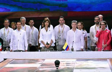 El presidente Juan Manuel Santos, junto a la ministra María Ángela Holguín, durante la instalación oficial de la XXV Cumbre Iberoamericana.