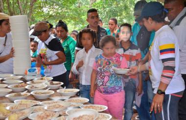 Momento en que servían la comida a los asistentes.