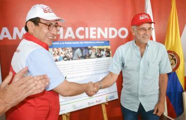 El presidente de Colpensiones, Mauricio Olivera, estrecha la mano del gobernador del Atlántico, Eduardo Verano, durante la firma del convenio.
