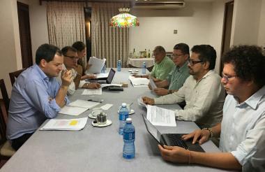 El equipo negociador del Gobierno Nacional y los voceros de las Farc EP en el primer encuentro este sábado en La Habana.