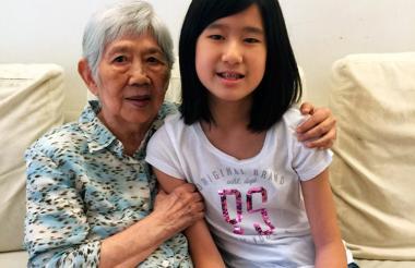 La niña Emma Yang, junto a su abuela.