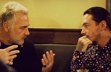 Momento en el que Gianluca Vacchi se reúne con J Balvin.