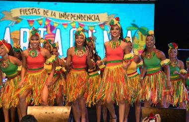 Las 32 concursantes al reinado de la independencia 2016 bailan minutos antes de recibir oficialmente sus bandas como candidatas.
