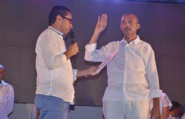 El nuevo gobernador de La Guajira, Wilmer González, jura ante sus paisanos de Uribia.