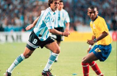Wilson Pérez marcando a Gabriel Batistuta en el partido de Argentina frente a Colombia en las eliminatorias del Mundial de Francia 1998. El encuentro terminó 1-1, con goles de Carlos Valderrama y Fernando Cáceres.