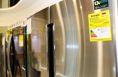 La etiqueta amarrilla muestra los niveles de consumo de energía de un electrodoméstico.
