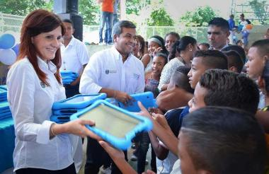 La gobernadora del Magdalena, Rosa Cotes, entrega tablets a estudiantes del departamento