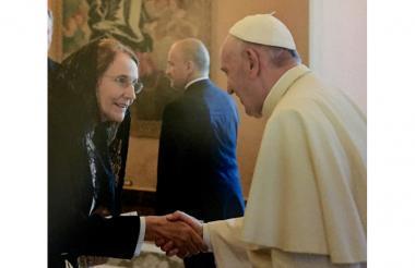 Ana María Bidegaín saluda al papa Francisco, en una visita a El Vaticano.