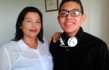 El ganador de la prueba Daniel Rodríguez en compañía de su mamá Natalia Schotborgh.