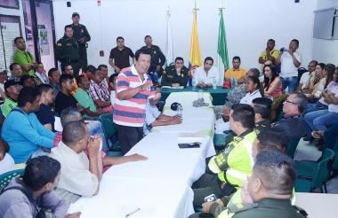 Por mas de tres horas representantes de los mototaxistas deliberaron con las autoridades sobre la medida que no ha sido de su agrado.