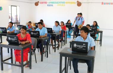 Jóvenes wayuu del internado en Kamushushiwow estudian en sus computadores.
